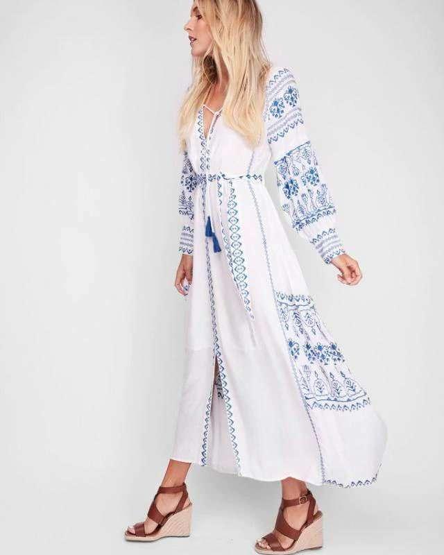 Vestido Branco com Bordado Azul